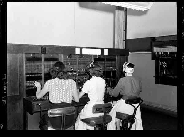 women working at the telephone exchange