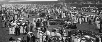 Black and white photo, crowd at Flemington races